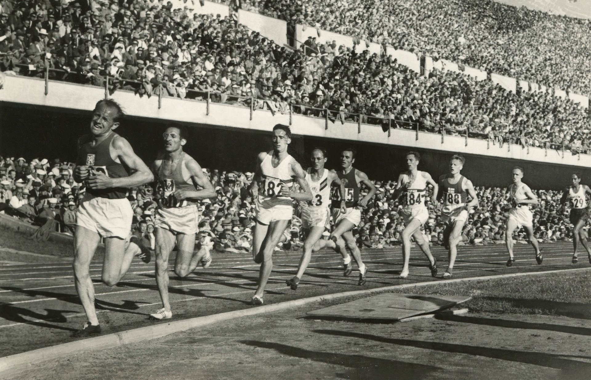 Photos Emil Zátopek [Tchécoslovaquie] en tête du 10.000 mètres, carte-photo, 1952.